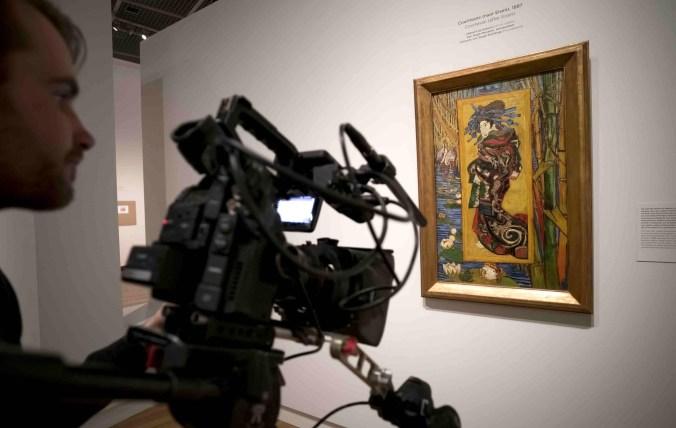 Filming 'Courtesan (after Eisen) 1887', Van Gogh & Japan © EXHIBITION ON SCREEN (David Bickerstaff).jpg