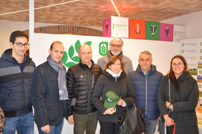Alcuni associati della zona di Roverbella con il presidente Alberto Cortesi e il sindaco Mattia Cortesi