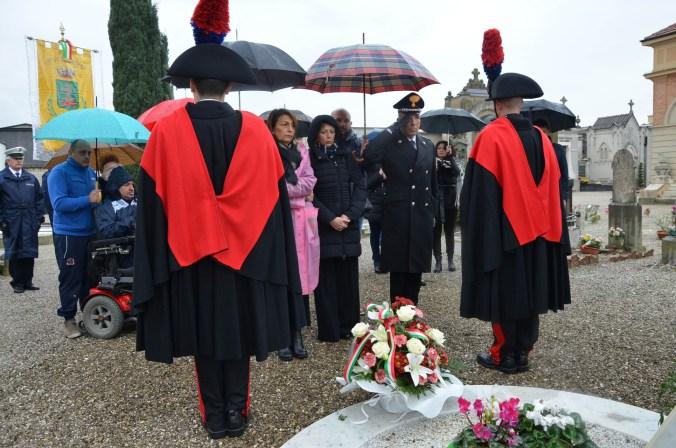 eccidio in Nassiriya omaggio floreale sulla tomba del S.Ten. Filippo MERLINO,.jpg