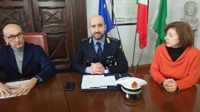 Il Comandante Pollini con il sindaco Gianni Grassi e l'assessore Simone Ometto.jpg
