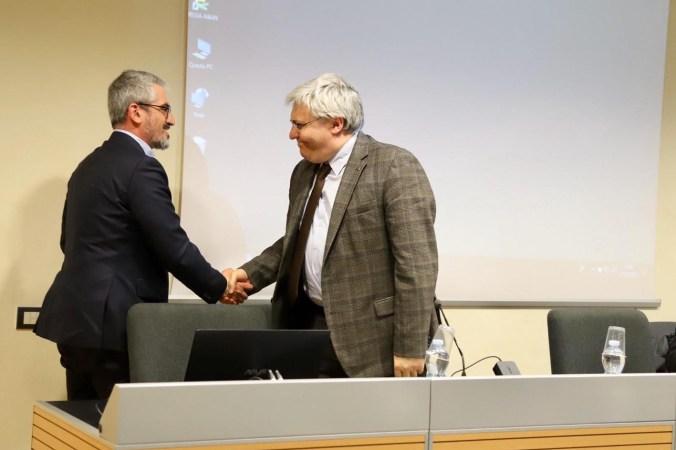 Lorenzo Gaiani, presidente uscente Ali Lombardia stringe la mano al nuovo presidente Mattia Palazzi