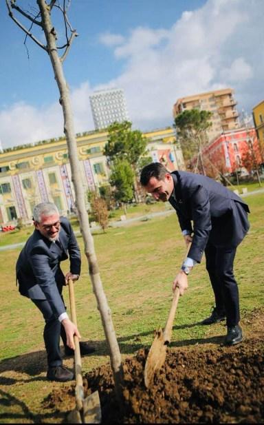 Mattia Palazzi e Erion Veljai mentre piantano l'albero dell'amicizia.jpg