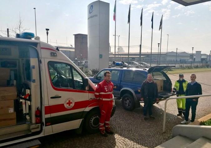 Il sindaco Angeli - terzo da sx - mentre consegna le mascherine ai volontari (2)