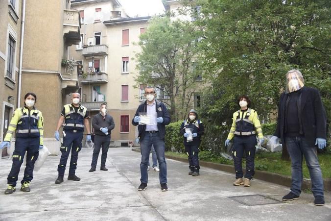 L'assessore Bolognini distribuisce mascherine gratuite a Milano 9
