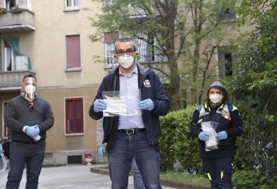 L'assessore Bolognini distribuisce mascherine gratuite a Milano