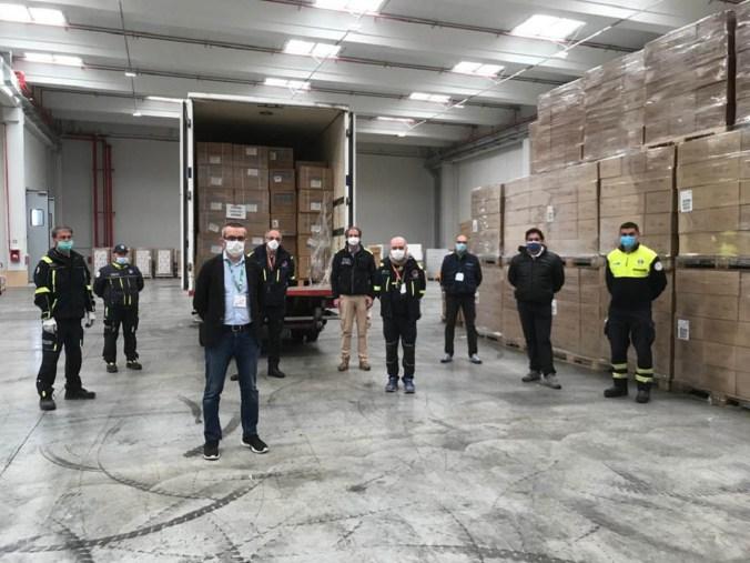 Stefano Bolognini, in un momento della consegna delle 300.000 mascherine alla Protezione civile di Milano nel magazzino Areu a Rho