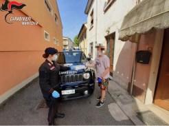 Carabinieri consegnano tablet ad uno studente