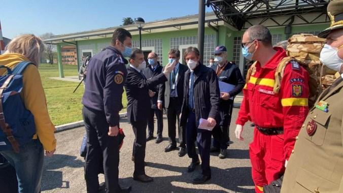 medici e infermieri in soccorso romeni allo scalo di Linate