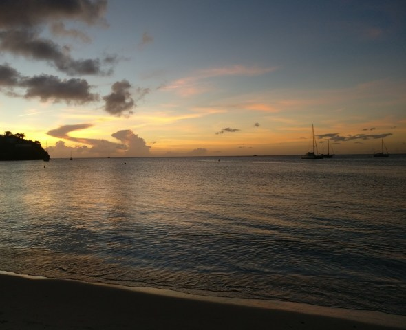 Coucher de soleil sur la plage Anse Mitan