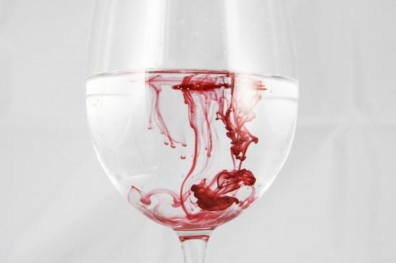 Se détendre malgré les règles douloureuses : Verre avec goutte de sang