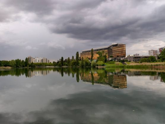 Reflet bâtiment depuis l'autre rive