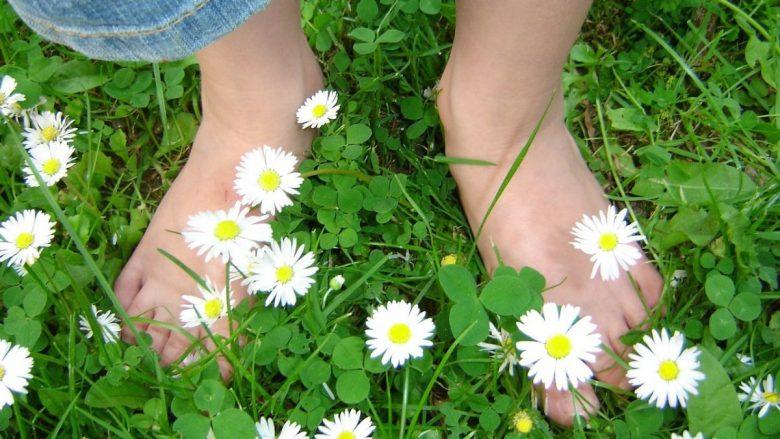 mindful.littles.barefoot.walk