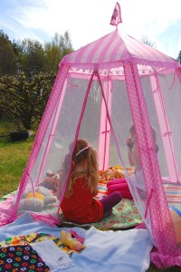 Play tent by AnneCN via flickr cc
