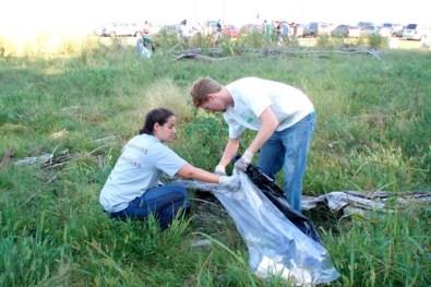 Couple Collects McKellar Lake trash