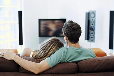 пара, смотрящая кино