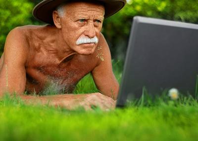 Пожилой человек с компьютером
