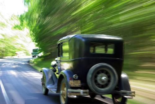старая машина на дороге