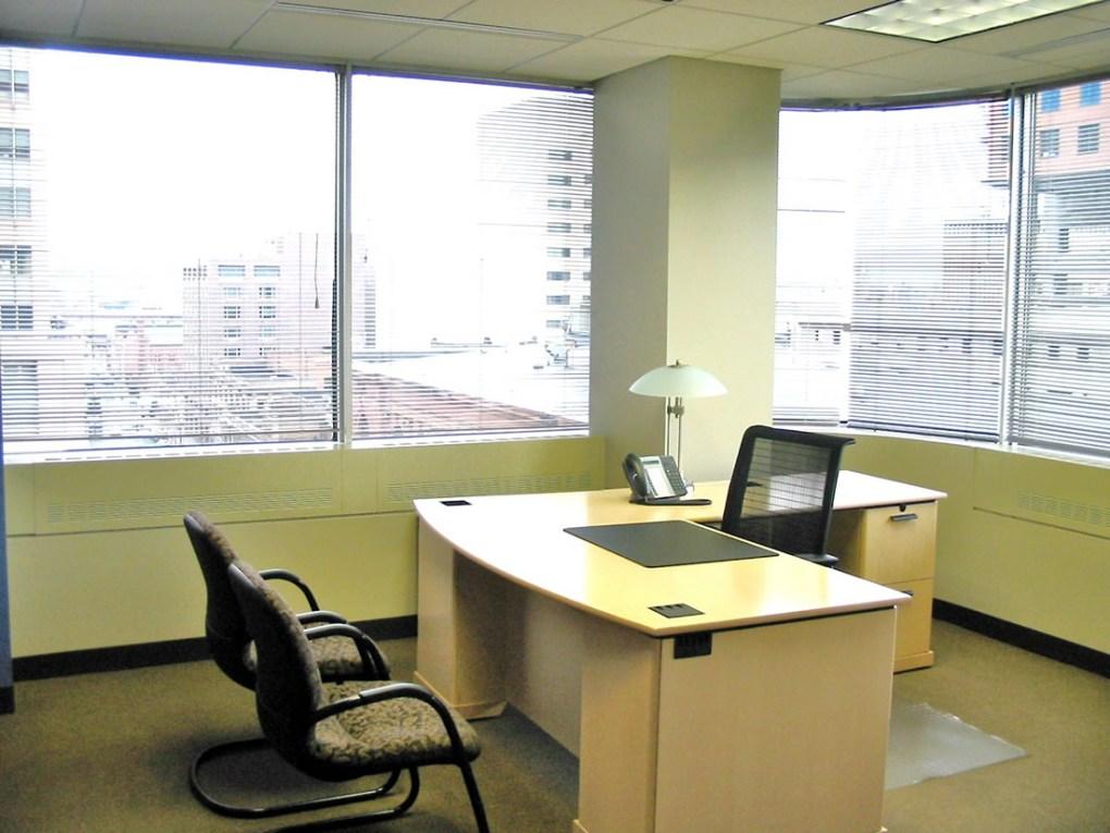 офис с окнами