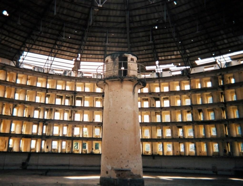 Внутри бывшей тюрьмы на Кубе