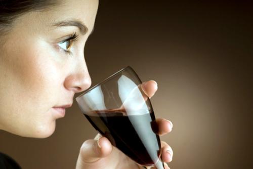 женщина нюхает вино