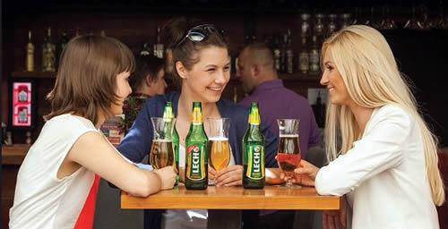 женщины с бутылками пива