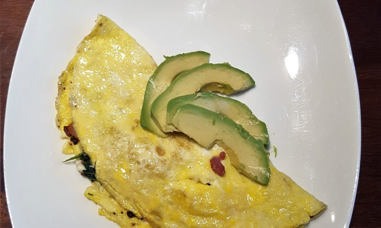 omelet with avocado