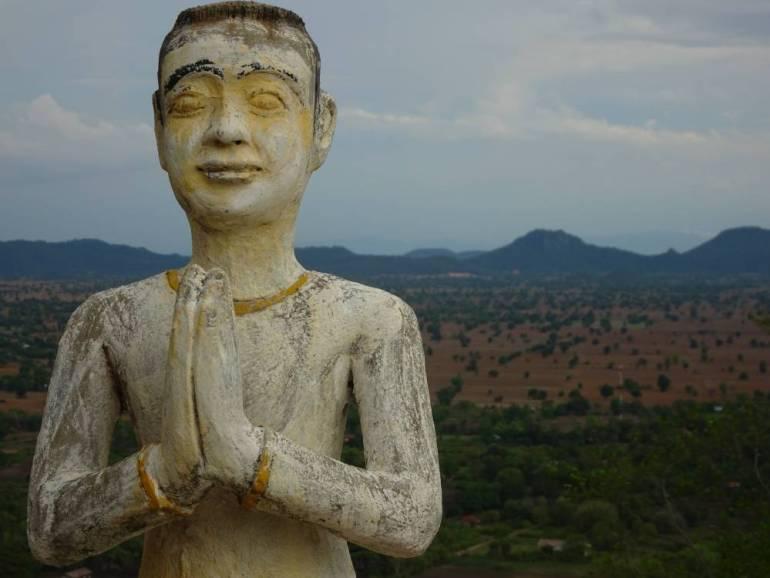 Statue im Vordergrund
