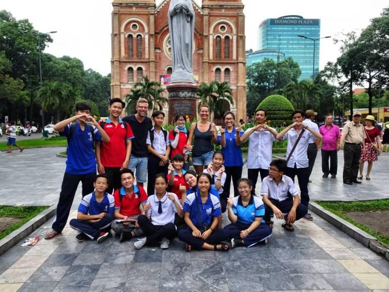 Gruppenfoto vor der Kirche