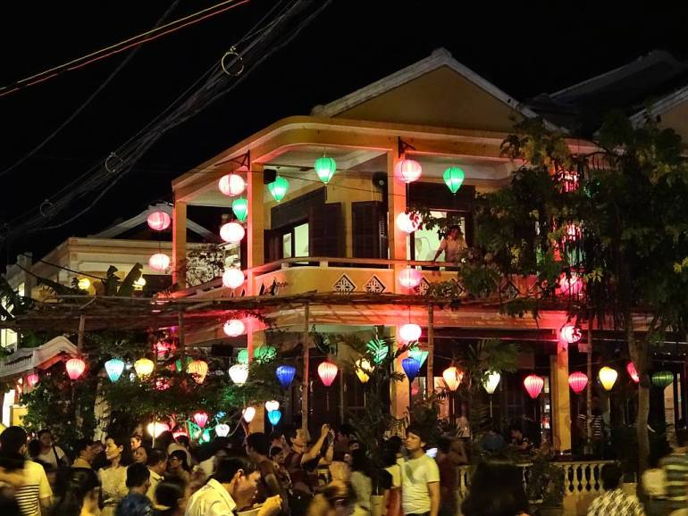 Haus mit bunten Lampions