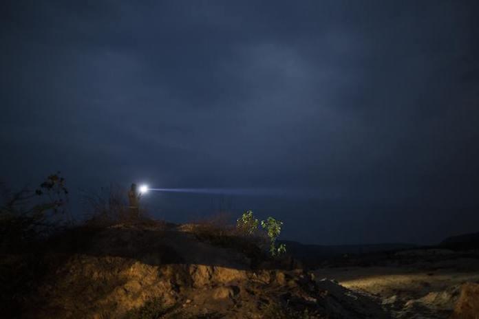 Hombre y mujeres exploran los enormes cráteres que dejaron las grandes empresas mineras en busca de diamantes. Foto: AP