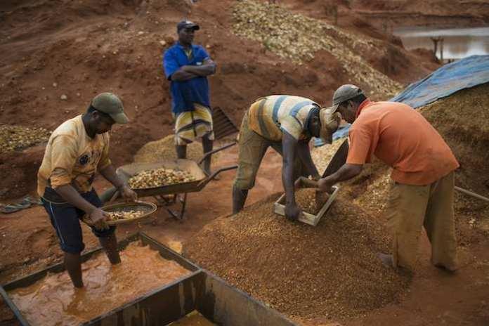 En ocasiones los mineros artesanales trabajan durante un mes hasta llegar a la etapa final en la que pueden encontrarse las piedras preciosas. Foto: AP