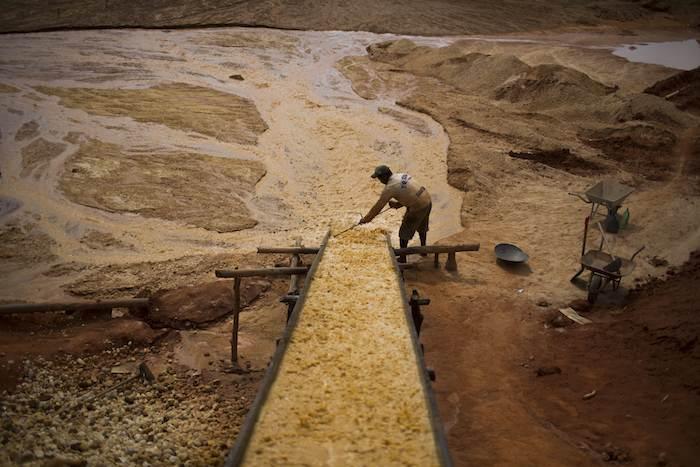 Cuando llegan a la capa de grava, extraen las rocas y comienzan la separación de rocas. Foto: AP