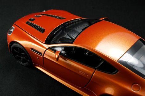 Aston Martin Vantage V12 - 12