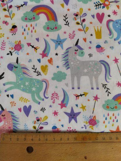 coton-blanc-motifs-licornes-arcs-en-ciel