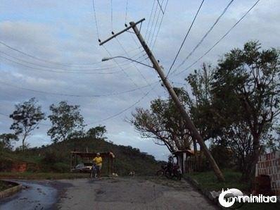Chuva de sábado - poste caindo em Vera Cruz