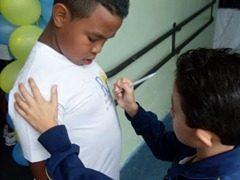 escola assinar na camiseta