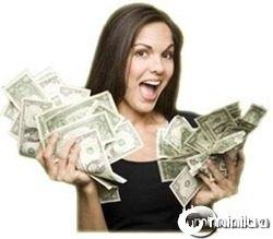 mulher com muito dinheiro na mao