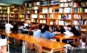 Alunos-estudando-dentro-de-uma-biblioteca
