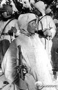 Simo Häyhä em 17 de Fevereiro de 1940 recebendo seu rifle honorário modelo 28, durante a Guerra de Inverno