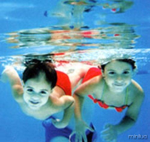 criancas-nadando