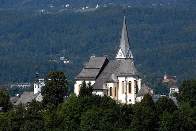 800px-Maria_Woerth_Pfarrkirche_Heilige_Primus_und_Felician_28082008_05