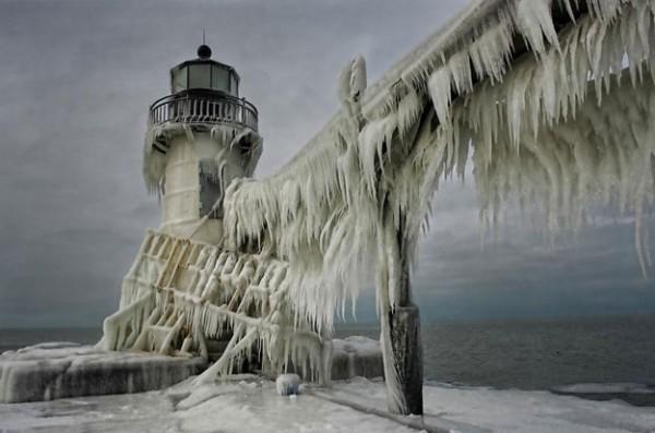 frozen-lighthouse-st-joseph-north-pier-lake-michigan-3