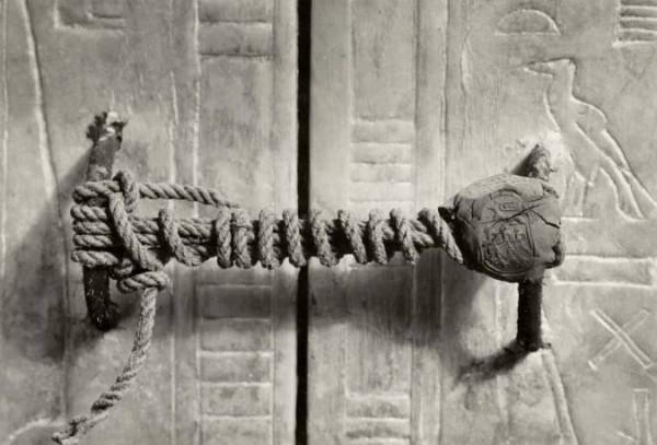 """El sarcófago de Tutankhamon con su """"candado"""" completo."""