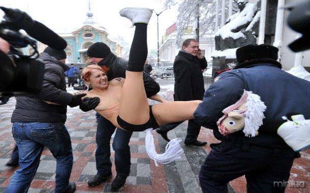 police-oficiais de deter-a-Femen-ativista-ay_99672088