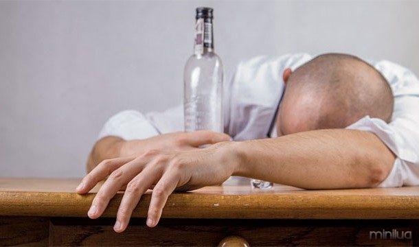 A música alta pode causar alguém a beber mais álcool em menos tempo