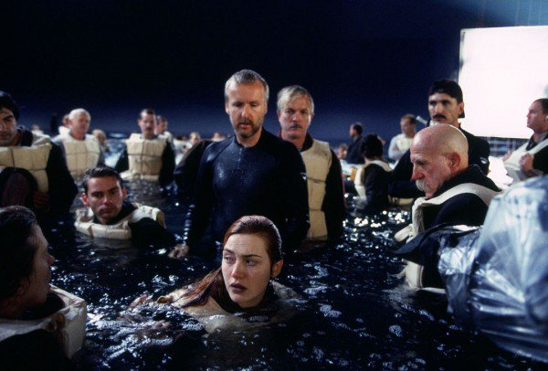 kate-winslet-middle-front-with-James-cameron-TITANIC-set-600x406