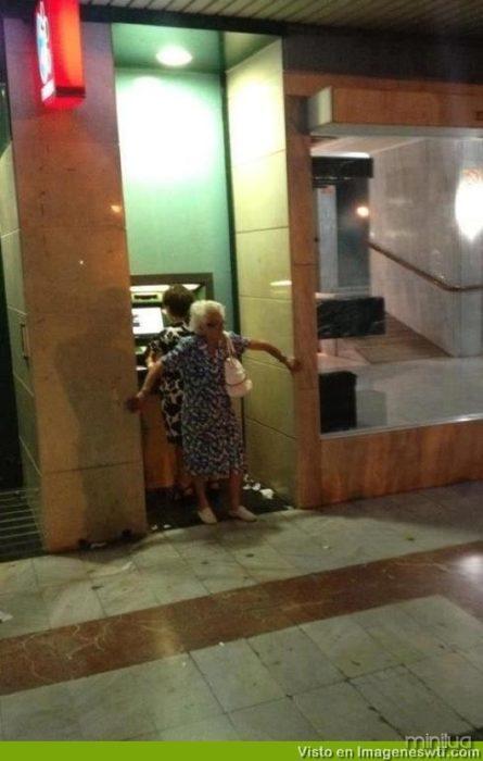 viejita cobrindo uma ATM