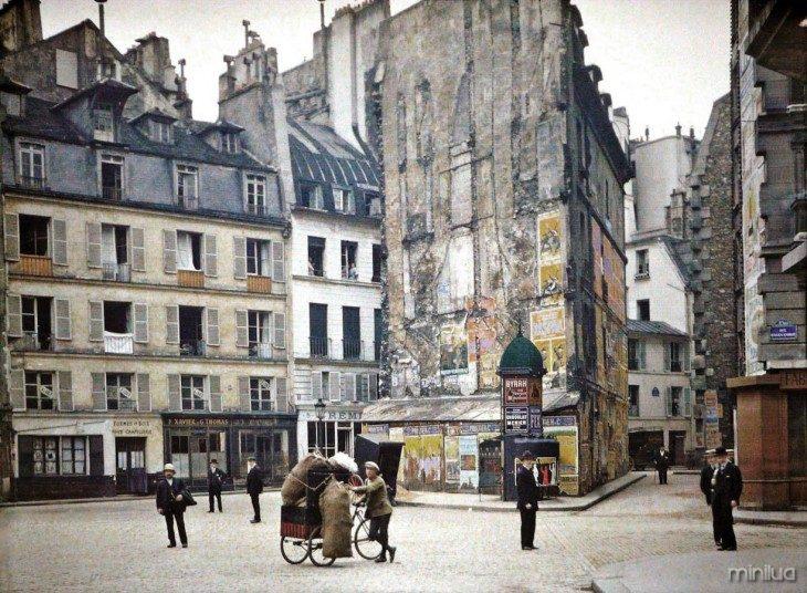 Pessoas andando pelas ruas de Paris em 1914