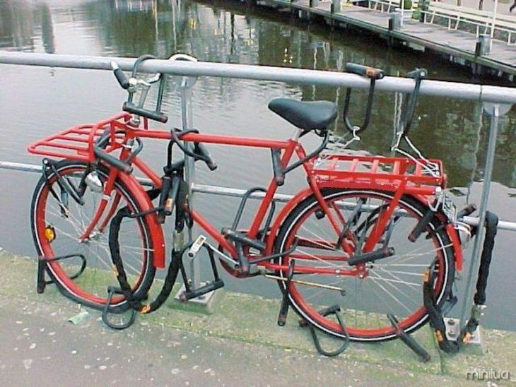 bicicleta com muitos cadeados