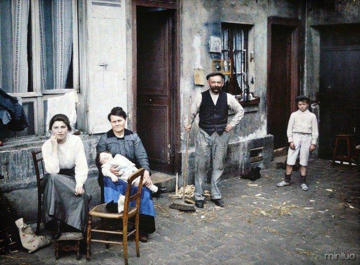 Família fora de sua casa em Paris de 1914